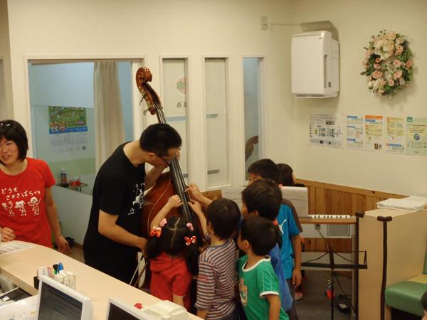 第8回ファミリーコンサートで楽器に触る子供たち